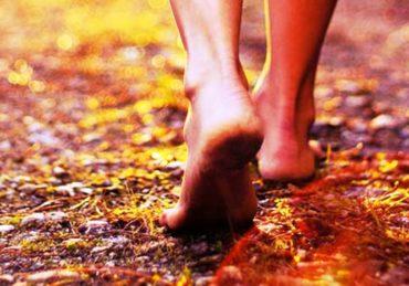 Ketahui Manfaat Berjalan Tanpa Alas Kaki untuk Kesehatan Tubuh